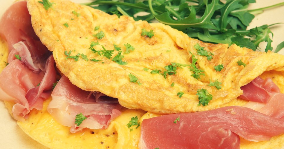 Omelette with ham, cheese and rocket