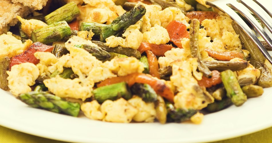 Scrambled eggs with asparagus, cheese and peppers